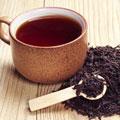 Schwarzer Tee zum Überdecken von weißen Haaren
