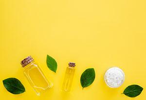 Flasche Manuka-Öl mit Blättern